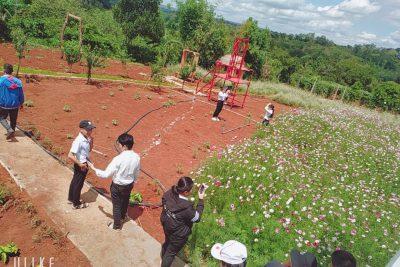 Học sinh lớp 9A cùng BGH nhà trường, GVCN tham gia Trải nghiệm sáng tạo tại mô hình vườn hoa sinh thái lồng ghép nông nghiệp Minh Khanh tại địa bàn xã EaBlang